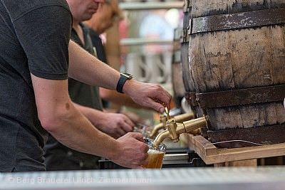 Frisch gezapftes Ulrichsbier aus 50-Liter-Holzfässern. Echte Handarbeit, die man schmeckt.