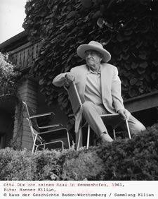 Otto Dix vor seinem Haus in Hemmenhofen, 1961