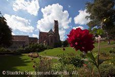 Kloster Alpirsbach. Ansicht des Klosters mit Blume