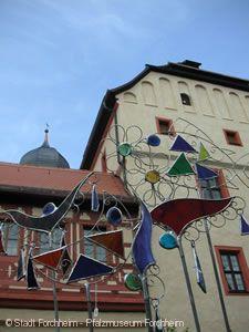 Glaskunst vor dem Pfalzmuseum.