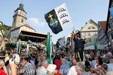 Festbetrieb und Fahnenschwinger beim Backnanger Straßenfest.