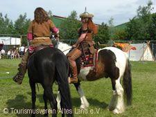 Wikinger auf Pferden.