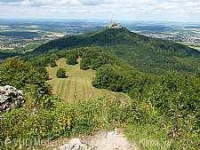 Geopark Schwäbische Alb mit Blick auf die Burg Hohenzollern