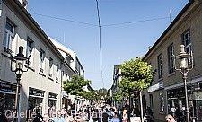 Prall gefüllt ist die Fußgängerzone am verkaufsoffenen Sonntag