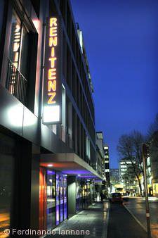 Renitenztheater bei Nacht.