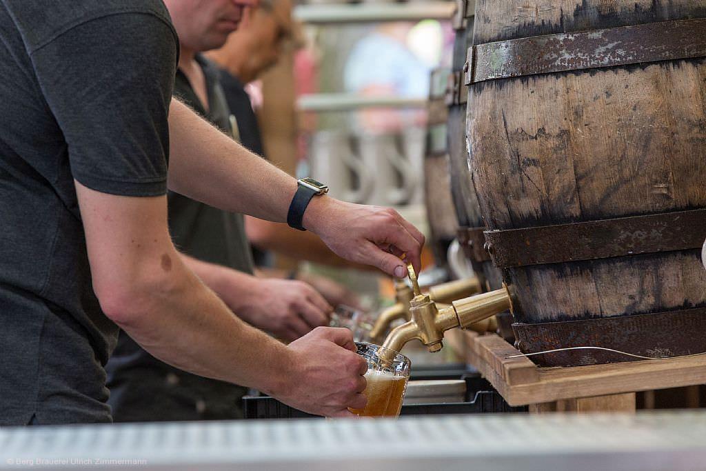 Frisch gezapftes Ulrichsbier aus 50-Liter-Holzfässern. Echte Handarbeit, die man schmeckt. © Array