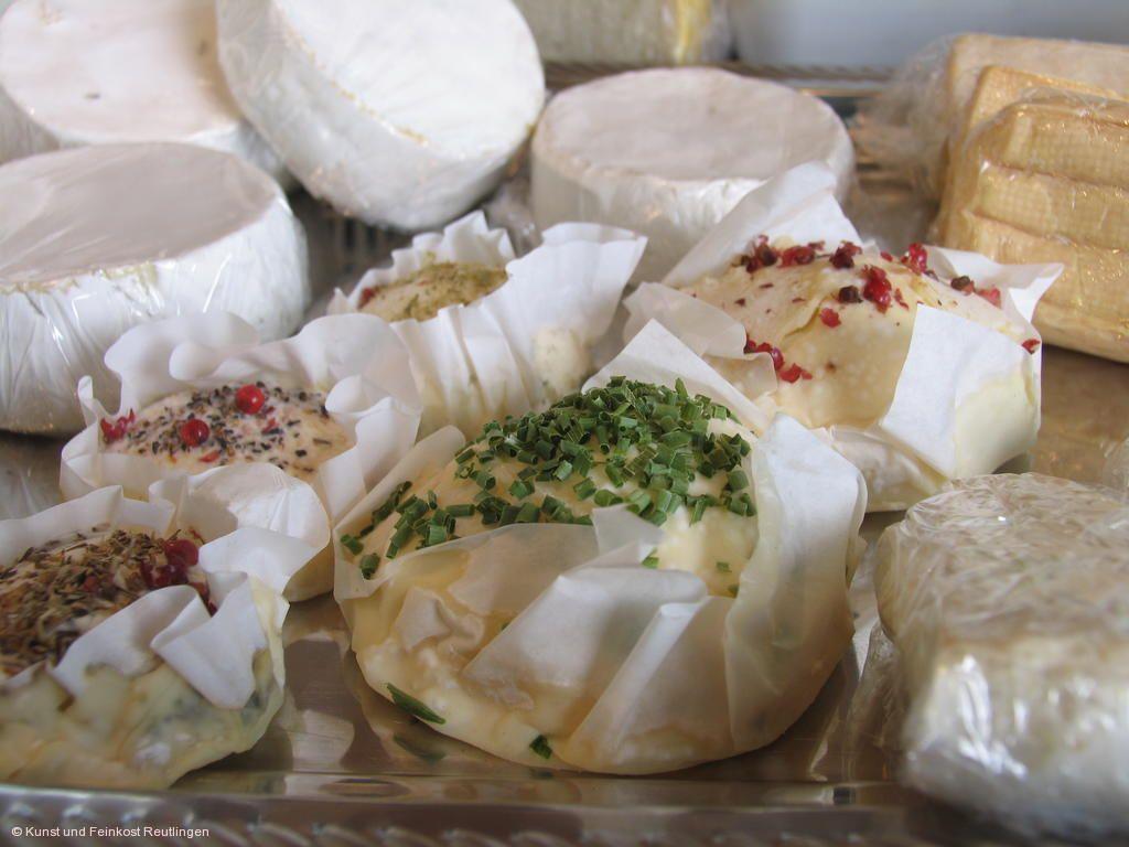 Schwäbischer Markt neigschmeckt. Käseangebote. © Array